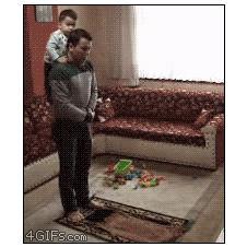 Kid-prays-with-dad