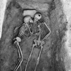 입맞춤 자세를 유지하고 있는 2813년전의 부부해골
