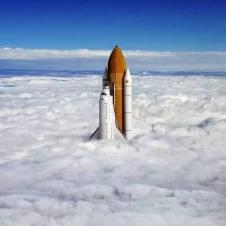 구름층을 뚫고 올라가는 로켓