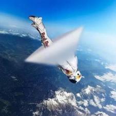 우주인이 공기벽을 뚫고 있는 순간