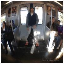 지하철 문에 기대지 맙시다