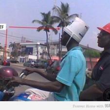 헬멧이 있지만 안쓰고 쓰래기통을 쓴사람