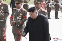 미사일 쏘고 평양 복귀한 김정은… 6·25전사자묘 참배