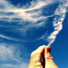 구름을 손으로 잡아 당기네